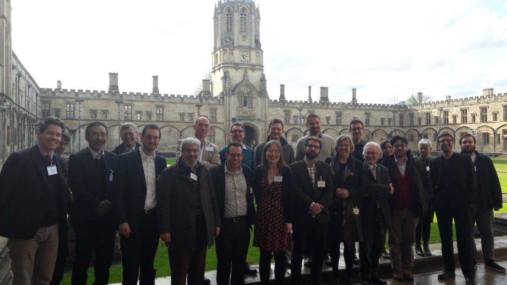 A konferencia előadóinak csoportképe az oxfordi Tom Tower előtt