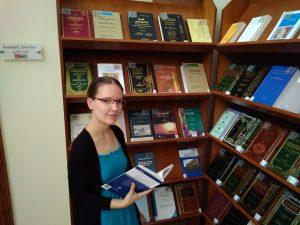 Oroszi Gyöngyi az IDEO könyvtárában