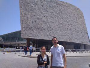 Munkatársaink az alexandriai könyvtár előtt