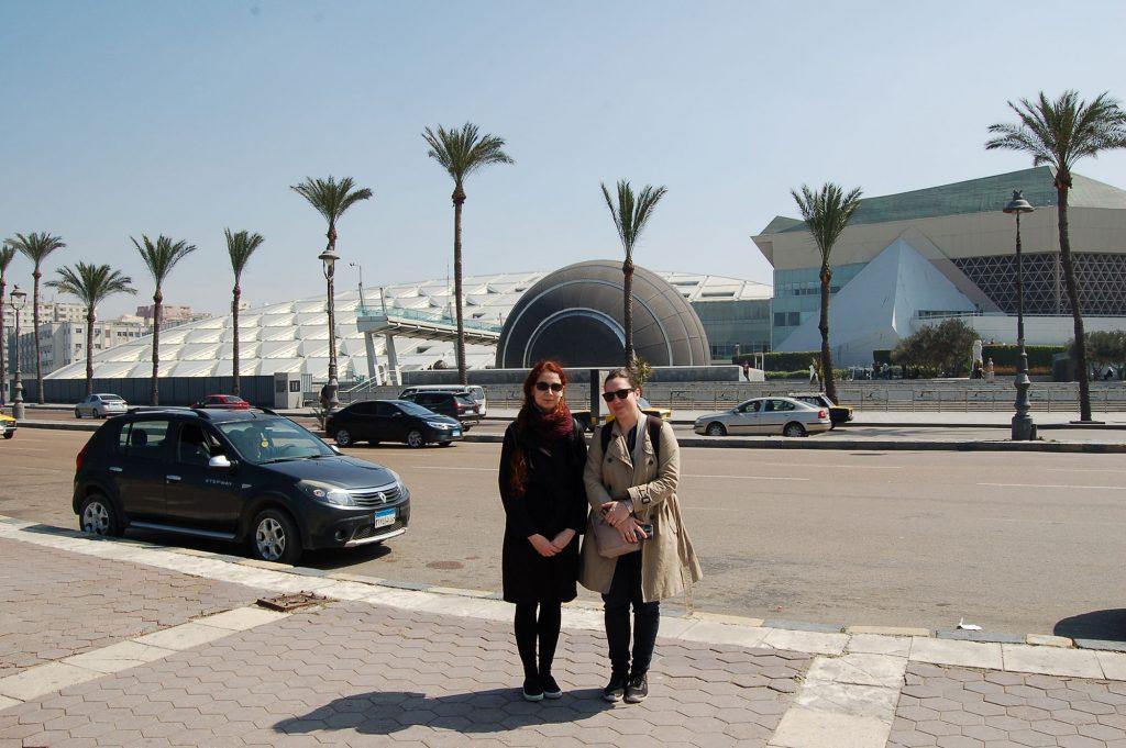 Kutatóink a Bibliotheca Alexandrina épülete előtt