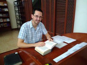 Mércz András az IDEO könyvtárában